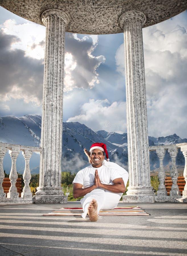 Yoga de la Navidad en montaña imagenes de archivo