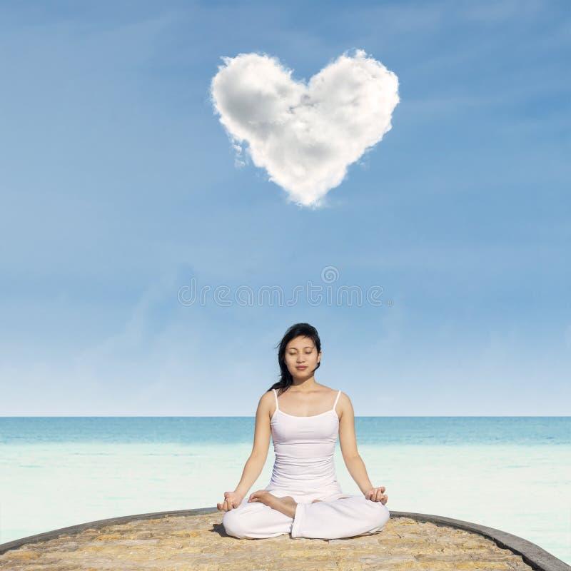 Yoga de la playa foto de archivo libre de regalías