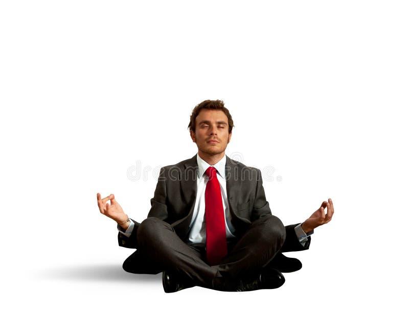 Yoga de la práctica del hombre de negocios imagen de archivo
