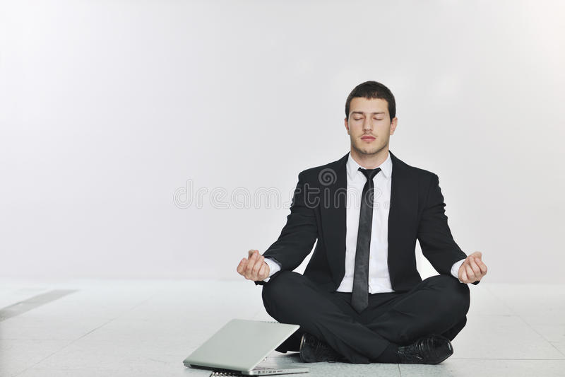 Yoga de la práctica del hombre de negocios en el sitio de servidor de red imagenes de archivo