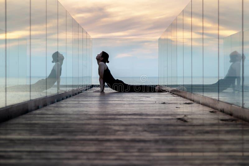 Yoga de la práctica en el hotel en madrugada fotografía de archivo libre de regalías