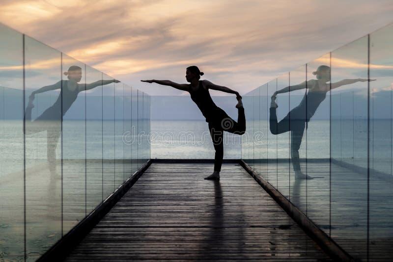 Yoga de la práctica en el hotel en madrugada imagen de archivo libre de regalías