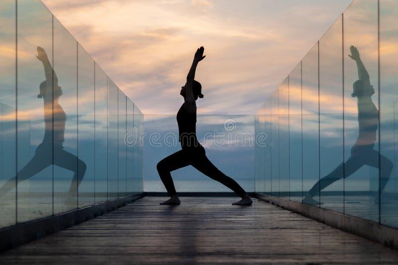 Yoga de la práctica en el hotel en madrugada imagenes de archivo