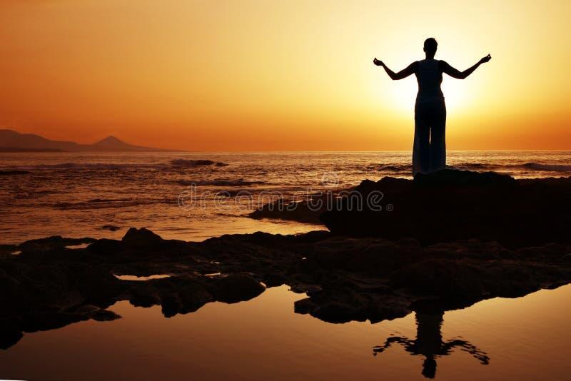 Yoga de la puesta del sol fotografía de archivo