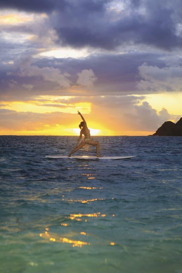Yoga de la salida del sol en tarjeta de paleta imagenes de archivo
