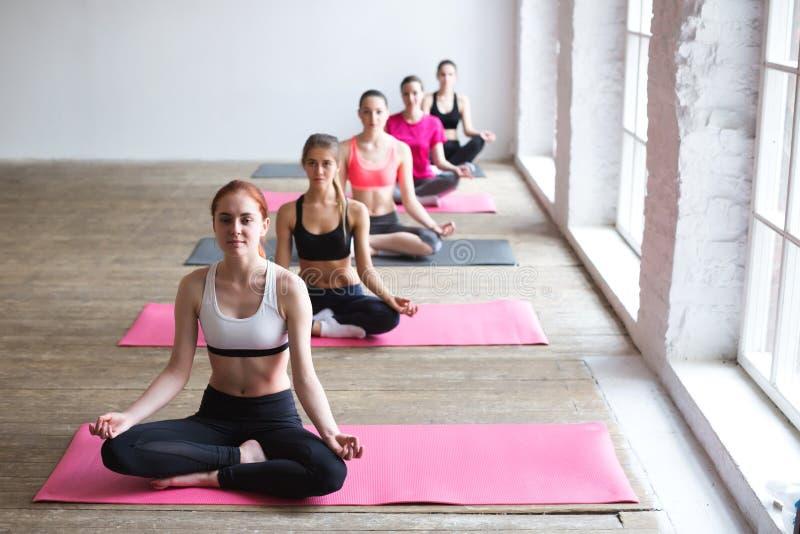 Yoga de las mujeres dentro imágenes de archivo libres de regalías
