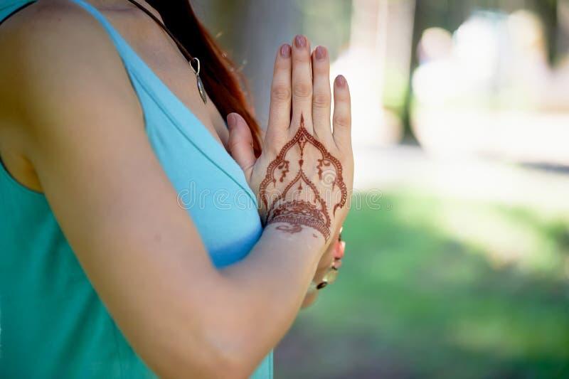 Download Yoga De Main Avec Le Mehendi Brun De Henné Harmonie Photo stock - Image du fond, femelle: 77156690