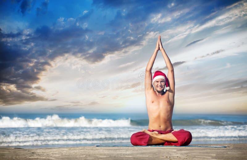 Yoga de Noël sur la plage photographie stock libre de droits