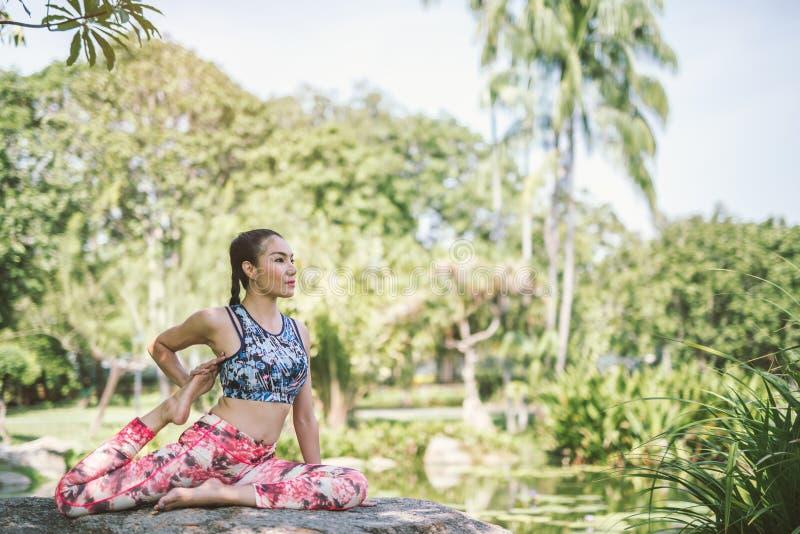 Yoga in de park gezonde oefening stock afbeelding