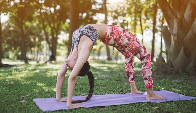 Yoga in de park gezonde oefening stock afbeeldingen