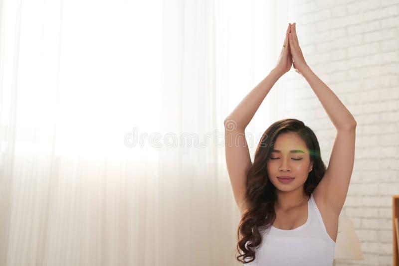 Yoga de pratique à la maison images stock
