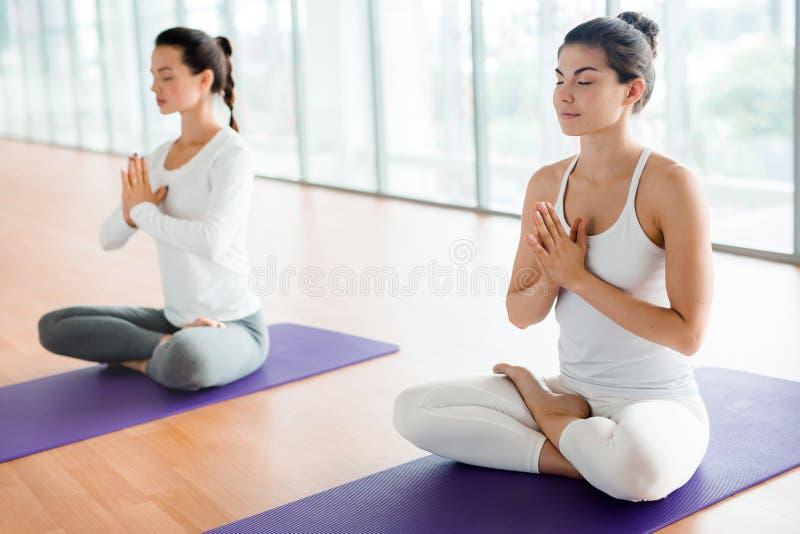 Yoga de pratique au club de santé photos libres de droits