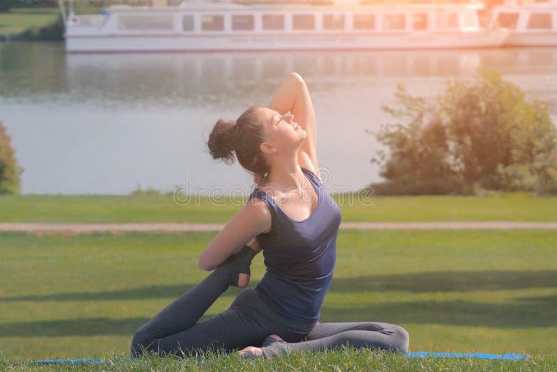 Yoga de pratique de belle jeune femme et stratching image libre de droits