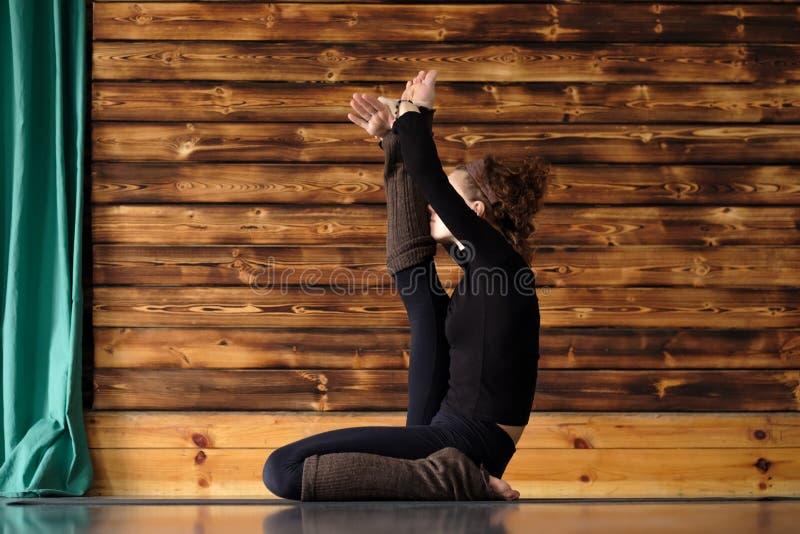 Yoga de pratique de belle jeune femme sportive, faisant la pose de héron, Krounchasana photos stock