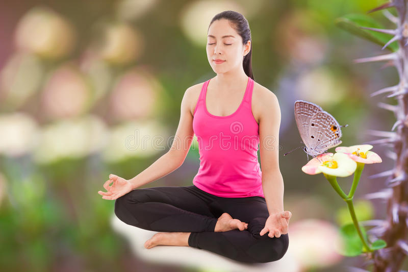 Yoga de pratique de belle jeune femme (position de lotus), butterfl images stock