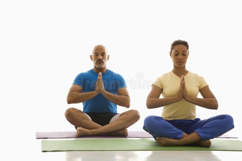 Download Yoga De Pratique Deux Personnes Photo Stock