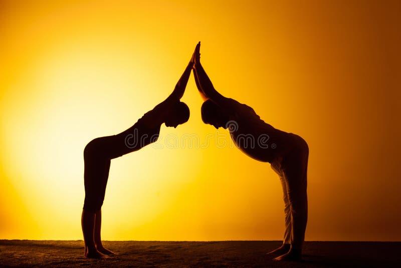 Download Yoga De Pratique Deux Personnes Dans La Lumiere Coucher Du Soleil Photo Stock