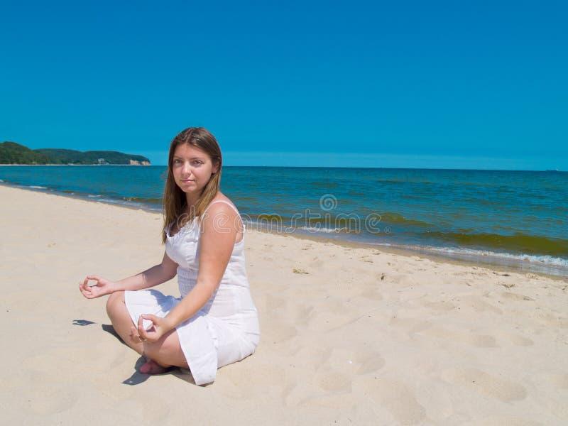 Yoga de pratique de femme photo stock