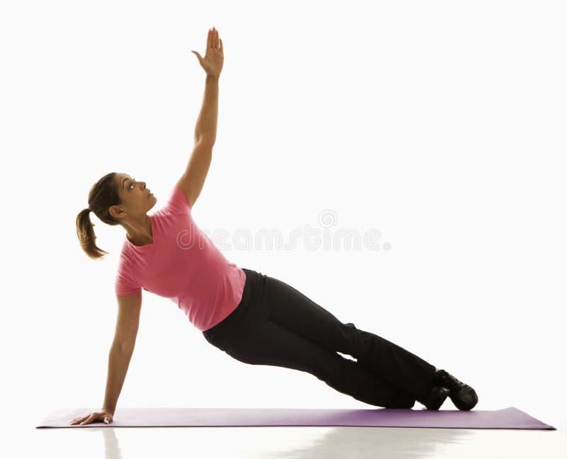 Yoga de pratique de femme. image stock