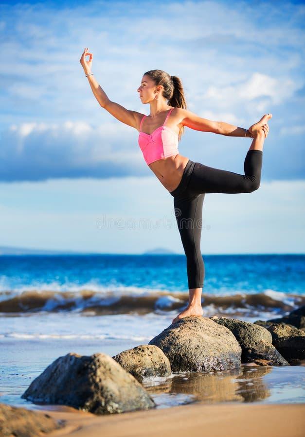 Yoga de pratique de femme photo libre de droits