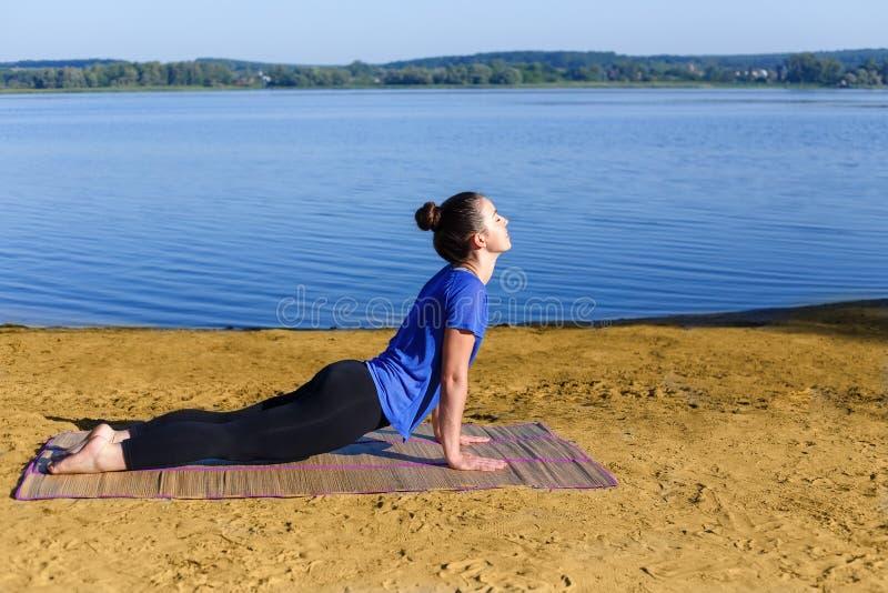 Yoga de pratique de femme images libres de droits