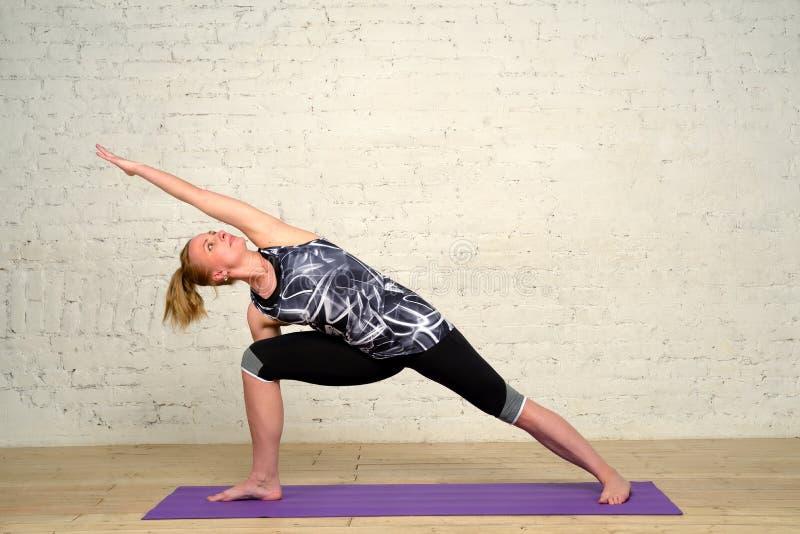 Yoga de pratique de femme adulte photo libre de droits