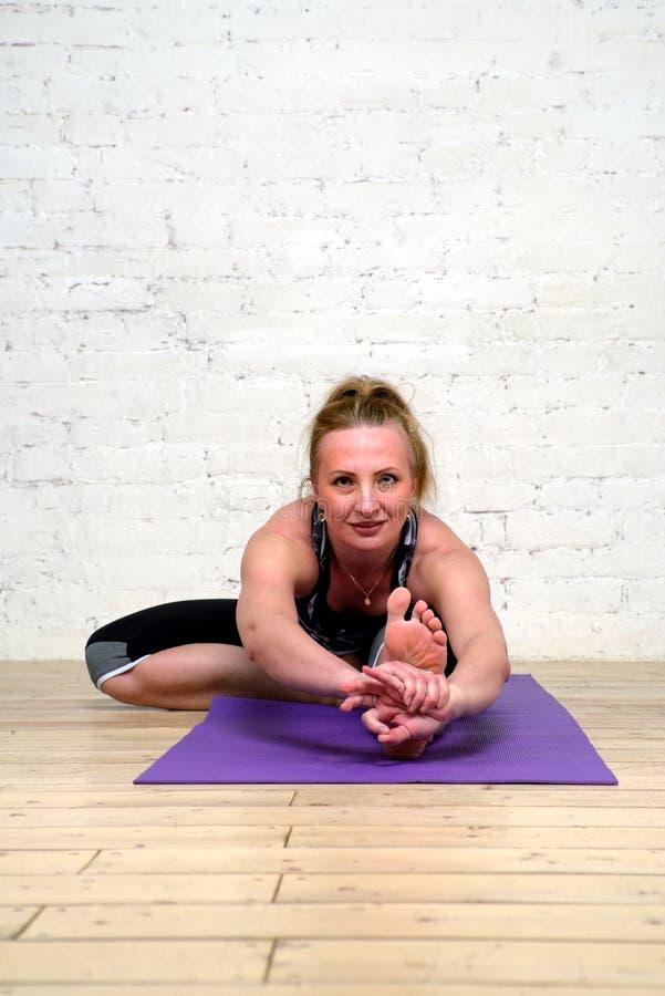 Yoga de pratique de femme adulte image libre de droits