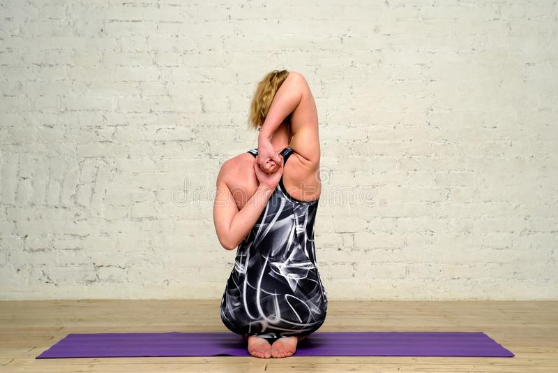 Yoga de pratique de femme adulte photographie stock libre de droits