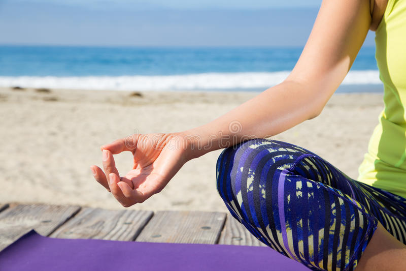 Yoga de pratique de femme asiatique à la plage image libre de droits