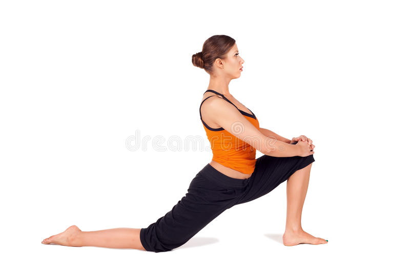 Yoga de pratique de femme attirant convenable photo stock
