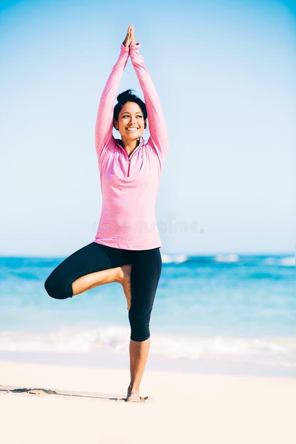Yoga de pratique de femme sur la plage image libre de droits
