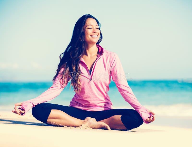 Yoga de pratique de femme sur la plage image stock