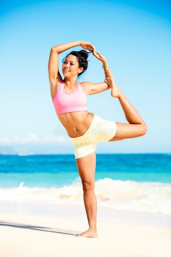 Yoga de pratique de femme sur la plage photo libre de droits
