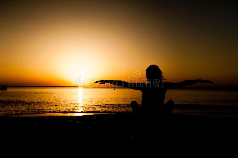Yoga de pratique de jeune femme de silhouette images libres de droits