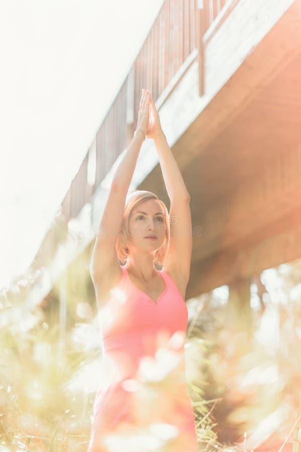 Yoga de pratique de jeune femme dehors Yoga urbain sous le pont images libres de droits