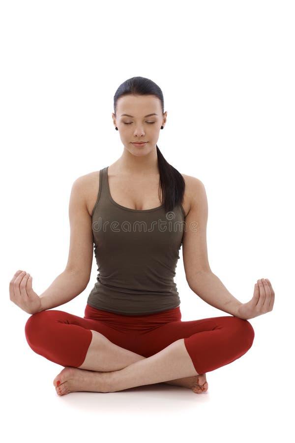 Yoga de pratique de jeune fille photos stock