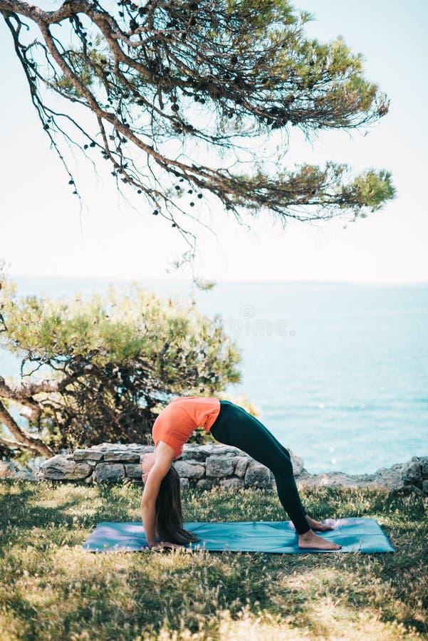 Yoga de pratique de femme image stock