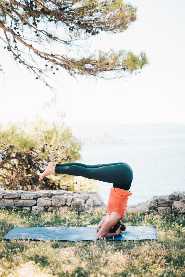 Yoga de pratique de femme photos stock