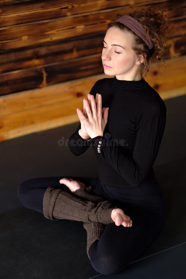 Yoga de pratique de femme, se reposant dans l'exercice de Padmasana, pose de Lotus image stock