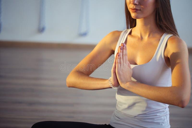 Yoga de pratique de femme, se reposant dans Padmasana, exercice, pose de Lotus, namaste photos libres de droits