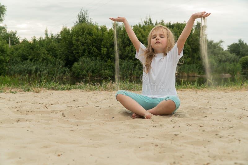 Yoga de pratique de fille sur la plage Image modifi?e la tonalit? image libre de droits
