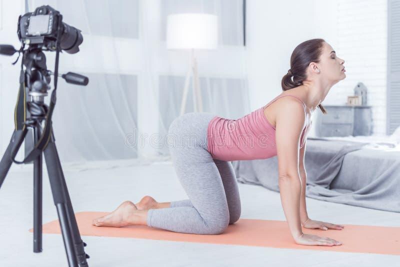 Yoga de pratique de gentille femme agréable à la maison photos libres de droits