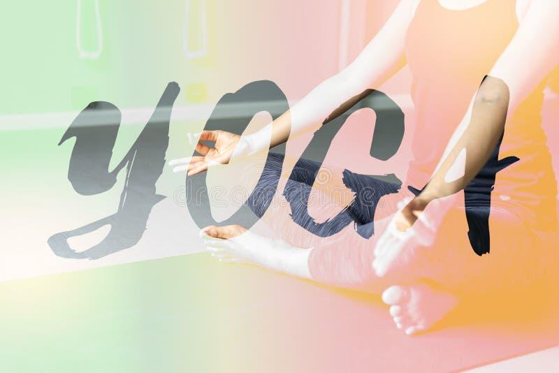 Yoga de pratique de jeune femme à l'arrière-plan gris Les jeunes font images libres de droits