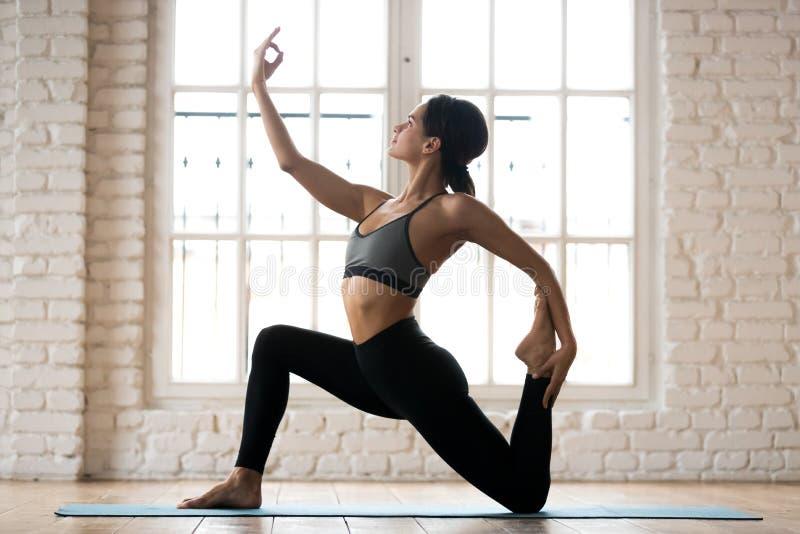 Yoga de pratique de jeune femme attirante sportive, exerc de cavalier de cheval photographie stock libre de droits