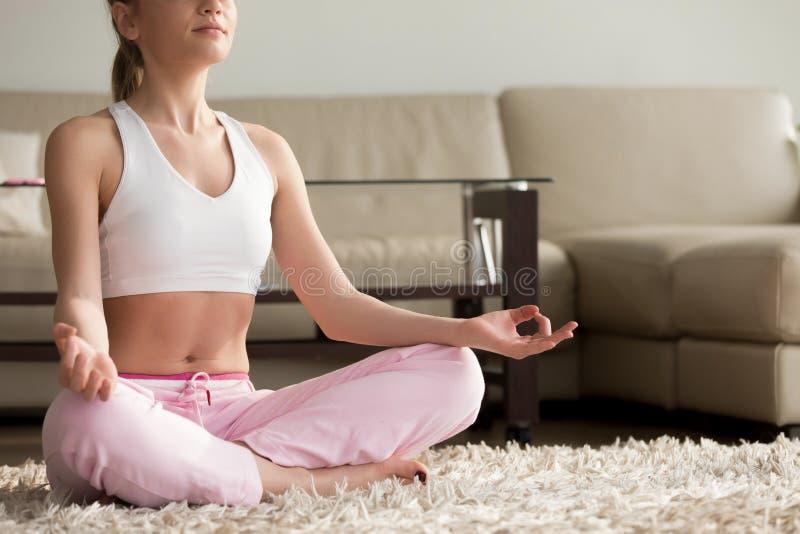 Yoga de pratique de jeune femme calme, appréciant seul méditer à h photographie stock libre de droits