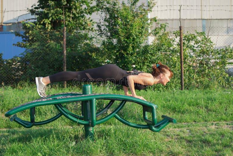 Yoga de pratique de jeune femme dehors image libre de droits