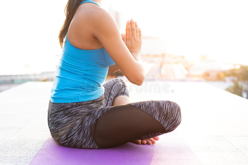 Yoga de pratique de jeune femme dehors Concept d'harmonie et de méditation photos stock