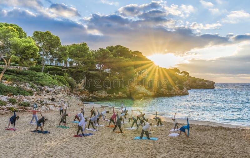 Yoga de pratique de personnes au temps de coucher du soleil, Palma Mallorca Island, Espagne image stock