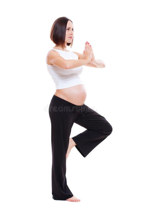 Yoga de pratique sain de femme enceinte photos stock