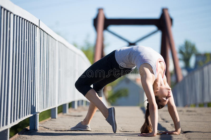 Yoga de rue : Pose de pont photos libres de droits